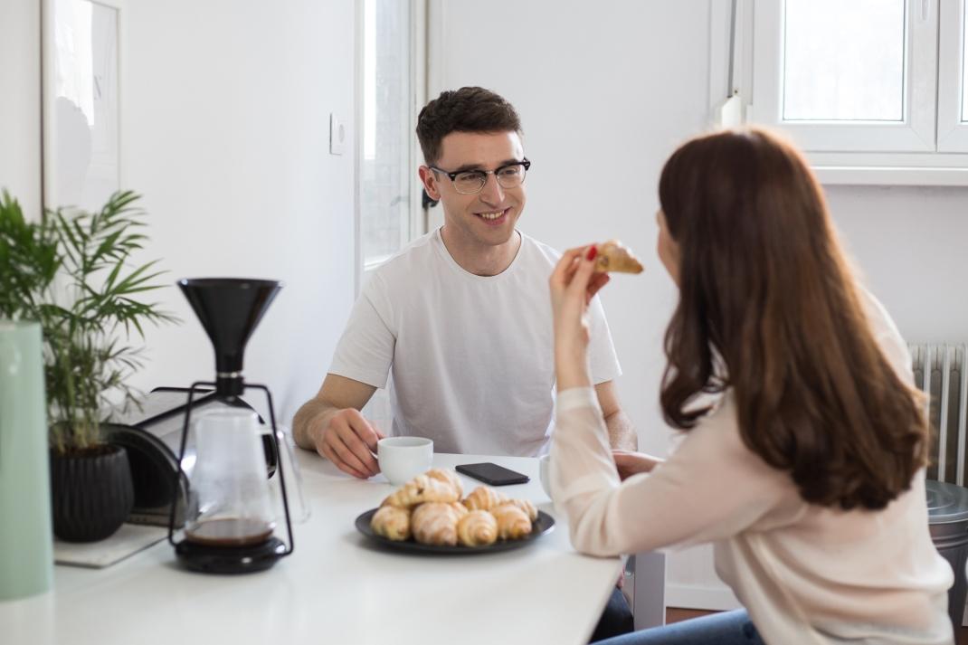 couple-breakfast-airbnb-klevio